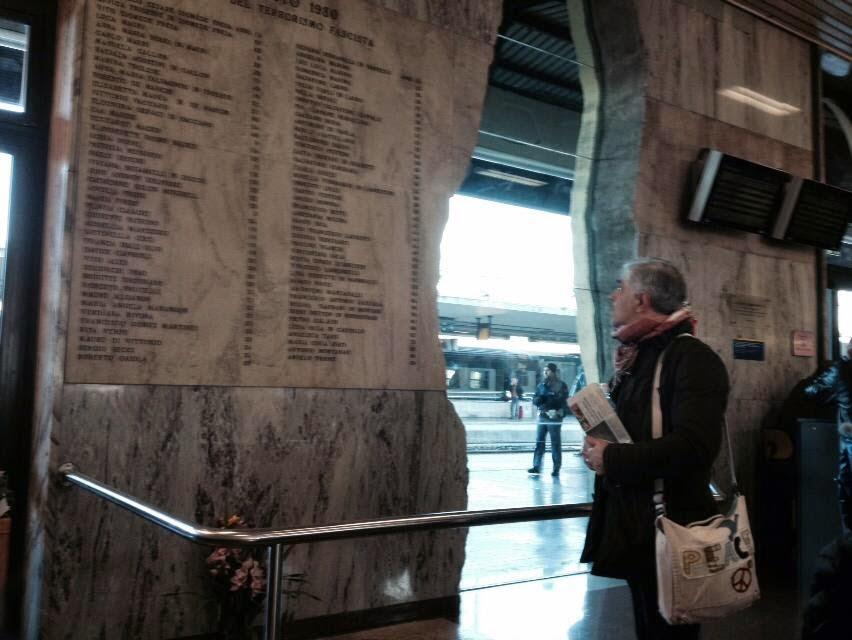 BOLOGNA (stazione) - Fa sempre effetto fermarsi davanti al luogo della  strage fascista del 2 agosto 1980. Ti prende una rabbia da dentro forte che dallo stomaco arriva al cuore