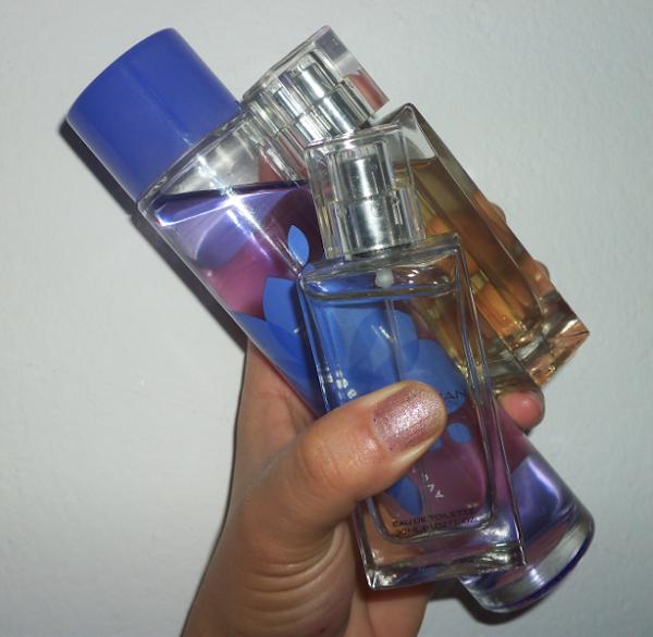 3 frascos de perfumes na mão