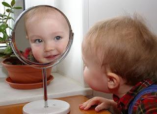 Niño frente al espejo