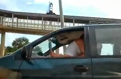 Casal faz sexo com carro em movimento