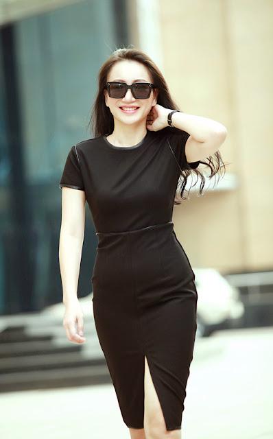 Thiết kế váy ôm khít eo kiểu dáng đơn giản được phối thêm da đen tạo điểm nhấn cho viền cổ, viền tay áo. Mẫu trang phục tôn vinh vẻ đẹp hình thể qua đường cắt may đẹp.