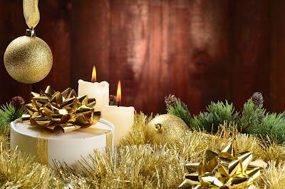 Velas y esferas en postal navideña para compartir