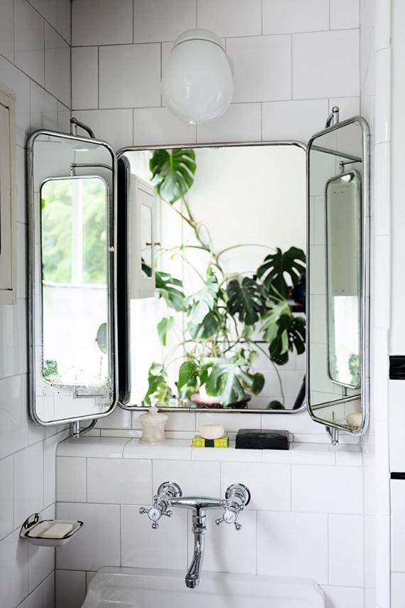 Tri-fold bathroom vanity mirror. Image by Daniella Witte