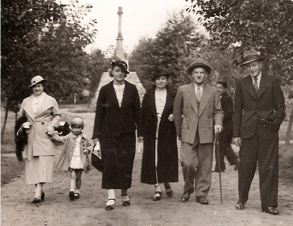 W tle pomnik Kościuszki w Ogrodzie Saskim w Przedborzu. Stan we wrześniu 1936 r. Fot. ze zbiorów autora.