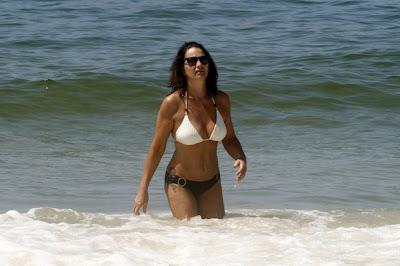 Luiza Brunet com 49 anos - mostra corpão em praia