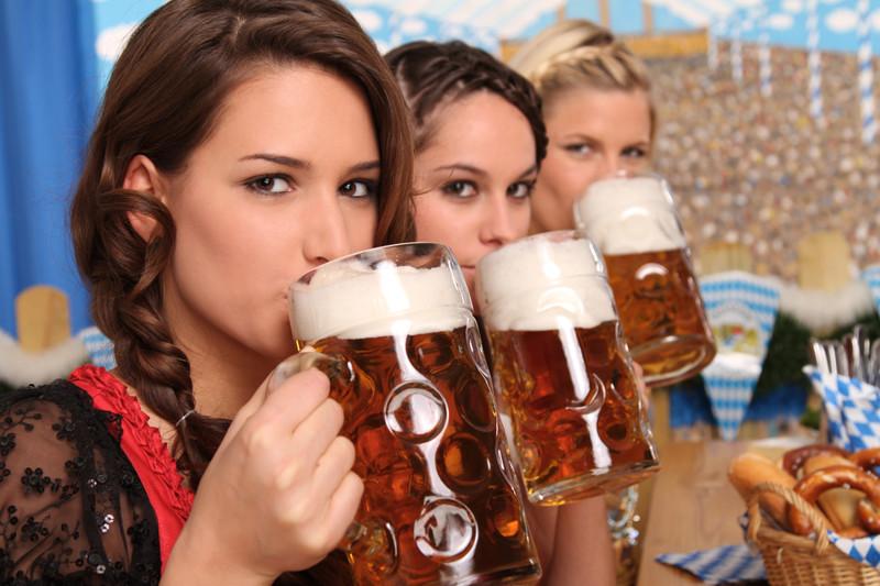 Октоберфест девушка с пивом