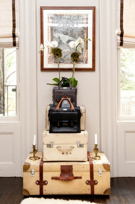 Ethnic cottage decor decorating with vintage luggage for Decoration usine vintage