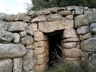 Detall de l'entrada de la cabana de la Costa dels Frares