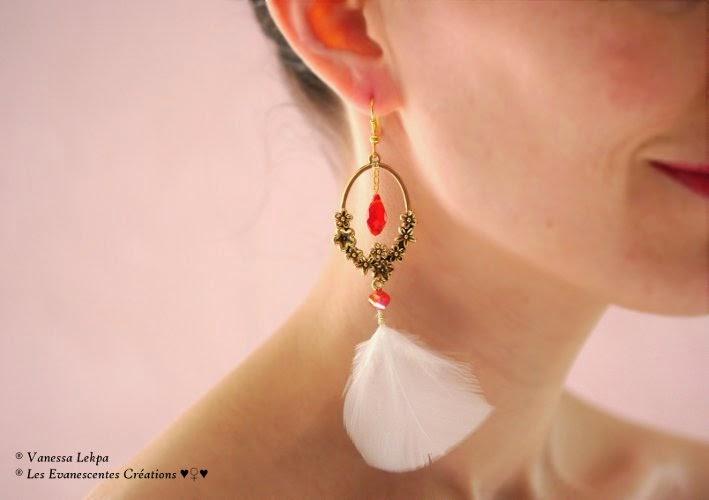 Vanessa Lekpa : Boucles d'oreille plume blanche style ethnique wild jewelry et estampe ancienne vintage bronze avec des petites fleurs sculptées