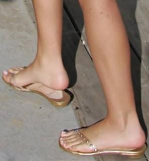 Linda chica con hermosos pies 6
