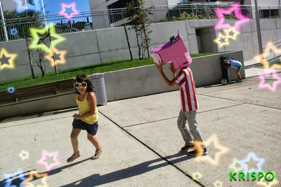 pantera rosa cabezudo corriendo y persiguiendo a niña en parque