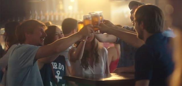 Brindando en el bar