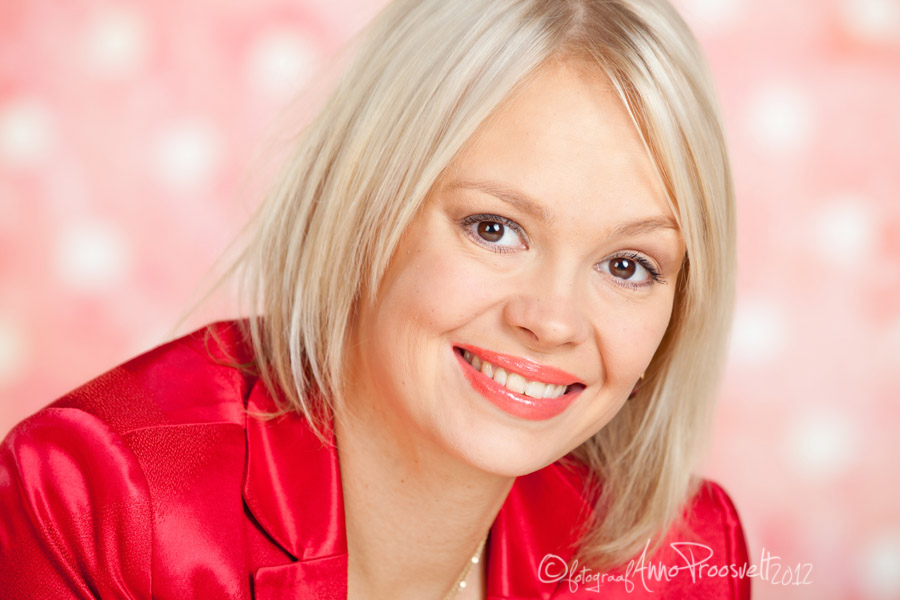 naine-portreefoto-punane-pintsak