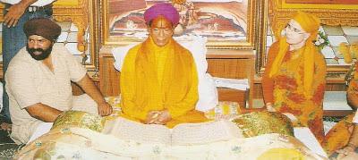 Jagadguru Kripaluji Maharaj celebrating Guru Nanak Jayanti 2012