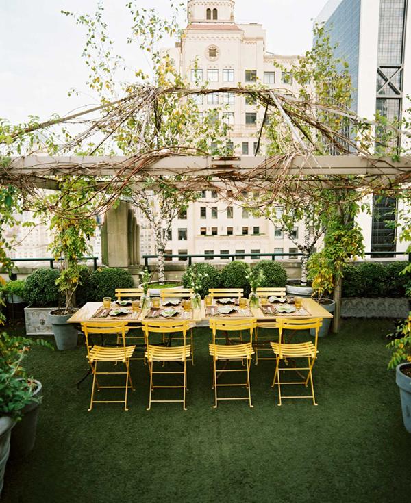 mesa de comedor con sillas amarillas