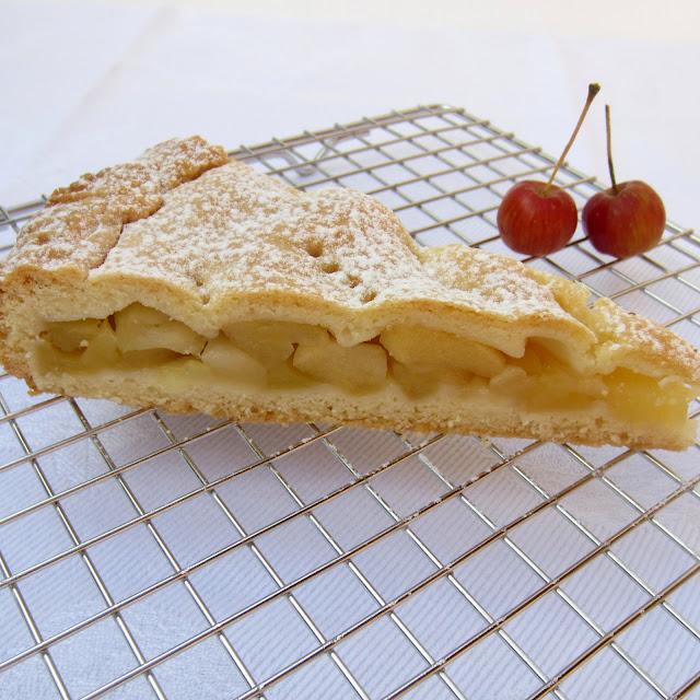 apfeltorte torta ripiena di mele formine e mattarello