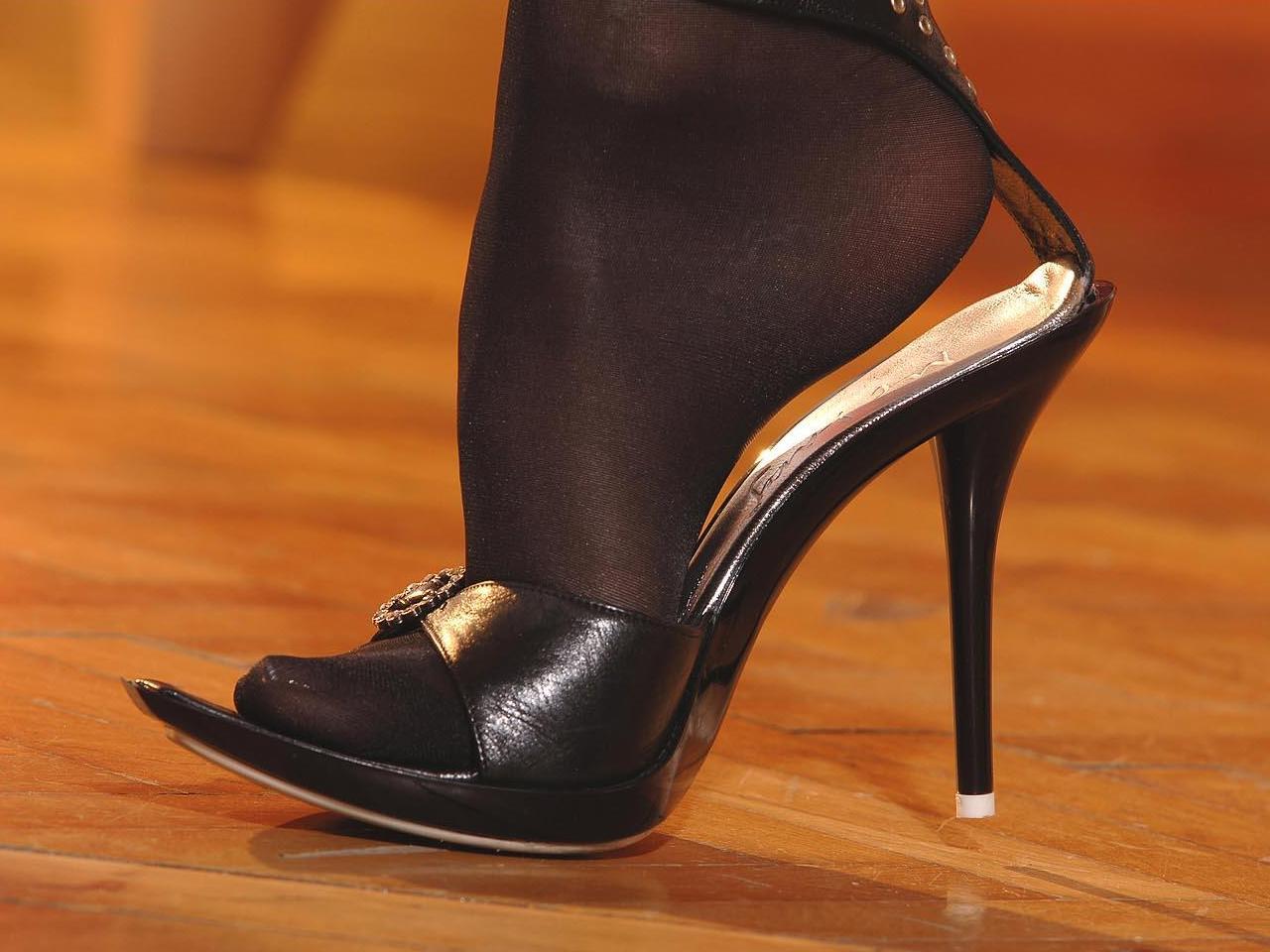 Целовать туфли фото, Целует ножки девушки в туфлях на каблуке 6 фотография