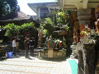 ... putih menjadi ciri khas Bali.Hhmmmm...., sungguh menggiurkan lidah
