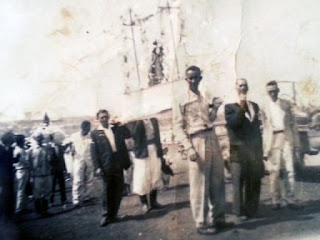 Wilson Cruz em 1953 com o andor de Nossa Senhora dos Navegantes (Foto: Cedida)