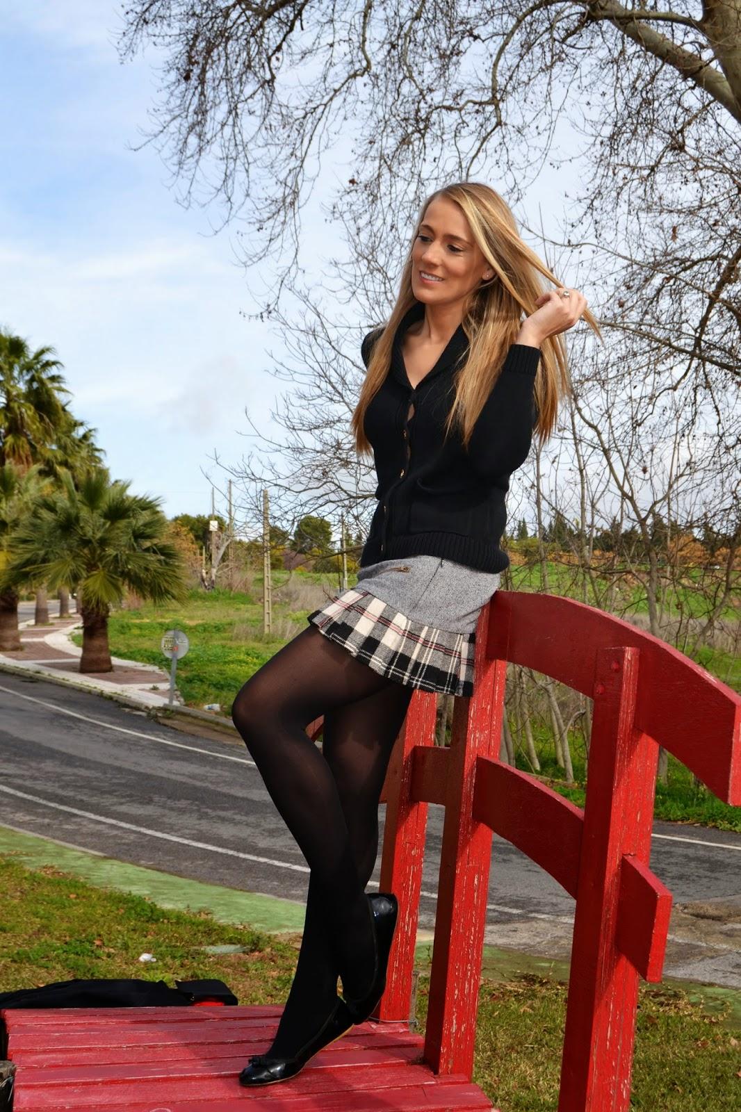 В черных колготках блондинка