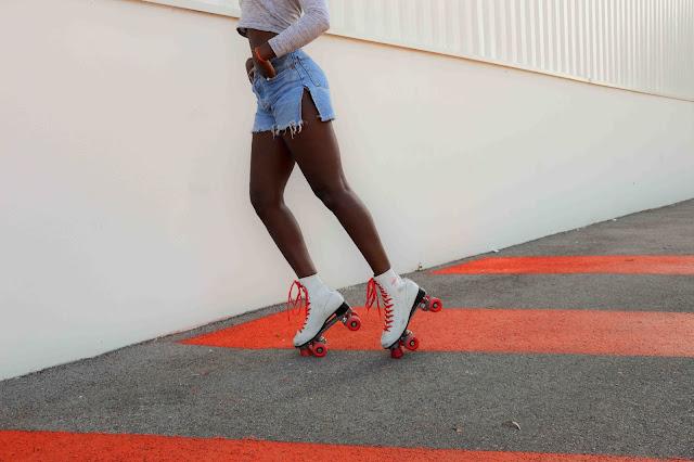 rollers quads vintage blanc et rouge, short taille haute