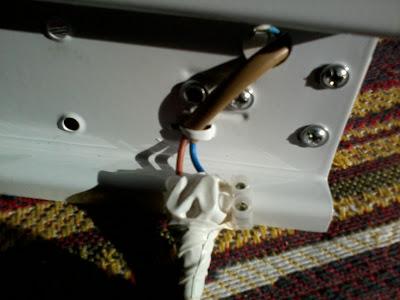 Вешаем светильник, соединяем провода