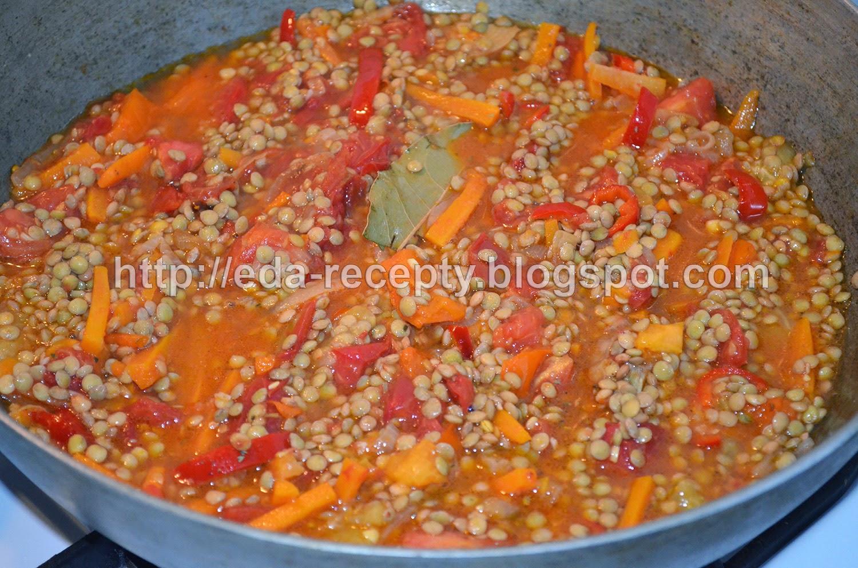 Чечевица с овощами и курицей: добавить чечевицу