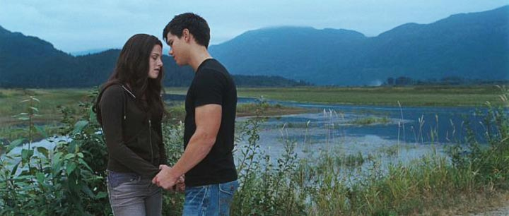 Edward and Bella with mountsins behind them in Twilight Saga: Eclipse 2010 movieloversreviews.blogspot.com