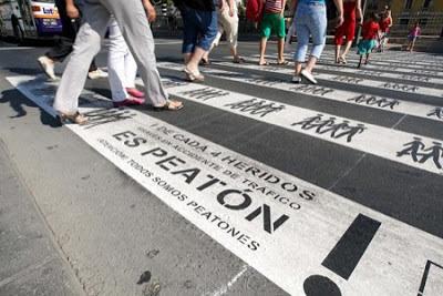 Contenido del texto: 1 de cada 4 heridos graves en accidente de tráfico es peatón, atención todos somos peatones! También se dibujan pictogramas de peatones.