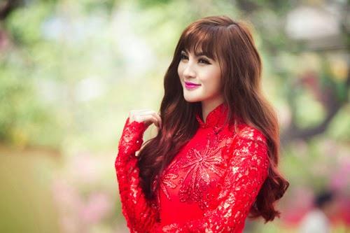 Hot girl Kelly đằm thắm với áo dài Xuân