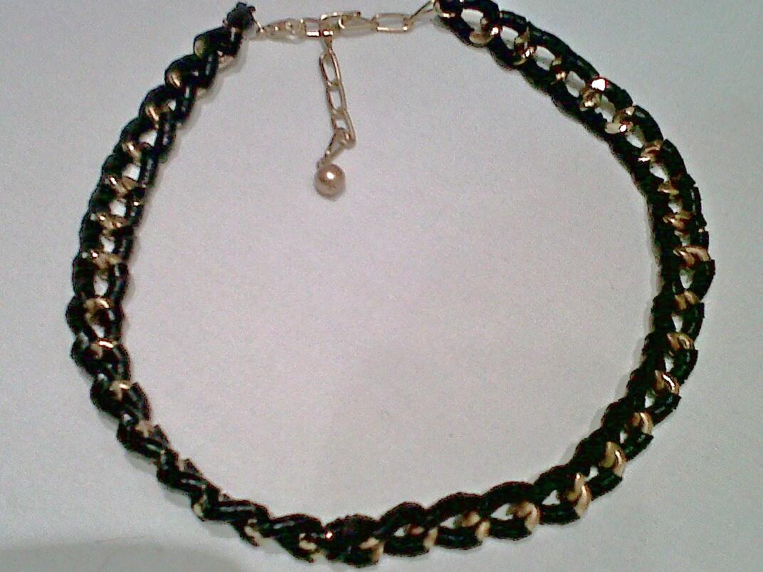 Está claro que lo más inn son los collares muy pegados que nos recuerdan a la bella cleopatra. Este de Zara de dos espigas unidas, viste mucho el cuello y