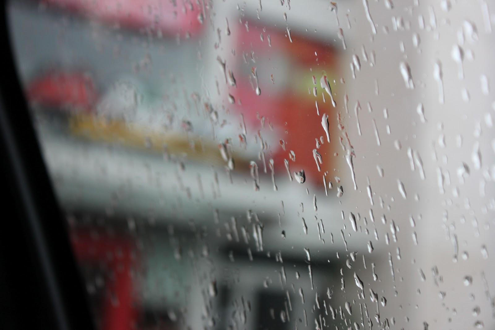 """Its okay inilah hasil yang didapat """"Saat hujan di depan gerai Pizza Hut"""""""