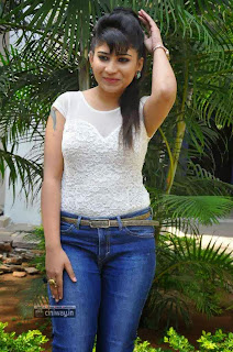Actress-Madhulagna-Das-at-Aadu-Magadura-Bujji-Platinum-Disc-Function
