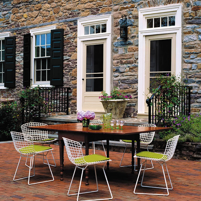 Białe druciane krzesła projektu Bertoi