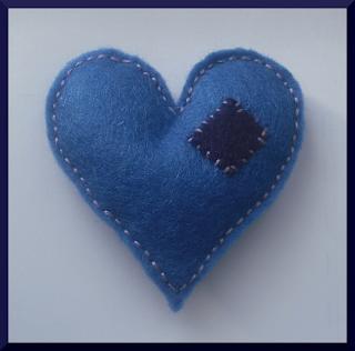 broche corazón fieltro azul