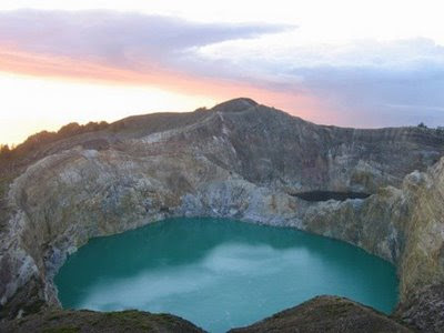 Foto Danau Tiga Warna Kalimutu