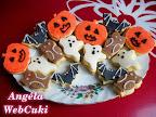 Egyszerű kekszek Halloweenra, nagyon egyszerű, alap keksz recept, lekvárral ízesítve, halloweeni sütemény kiszúró formákkal kiszaggatva, marcipánnal és házi fondanttal díszítve.