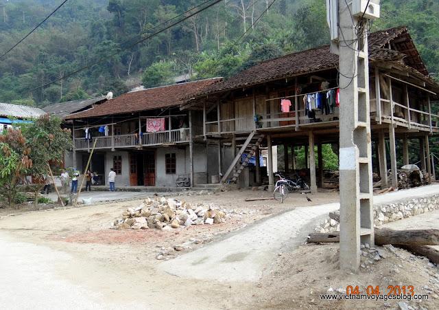 Chez des Lolos noirs à Bao Lac par la route de Bac Me - Ba Be