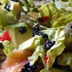 Salade aux deux saumons, à l'avocat, aux tomates et aux oeufs de lump