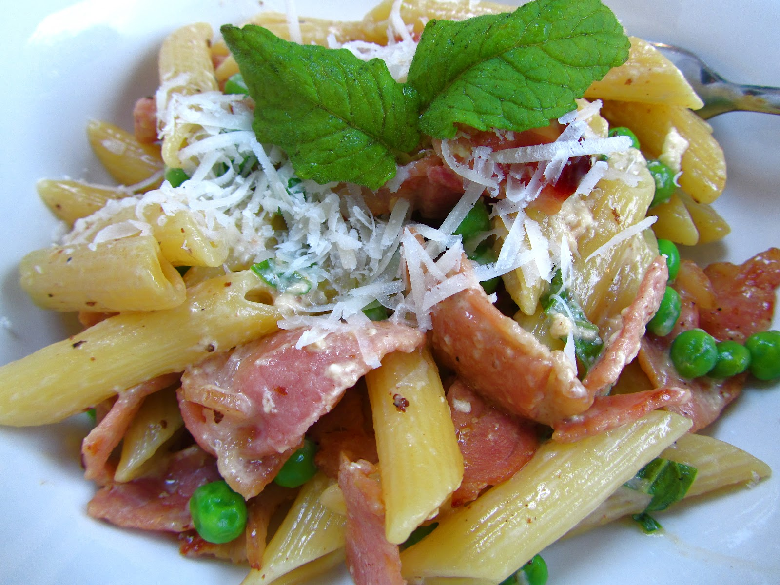 Good food and red shoes: Farfalle with carbonara and peas
