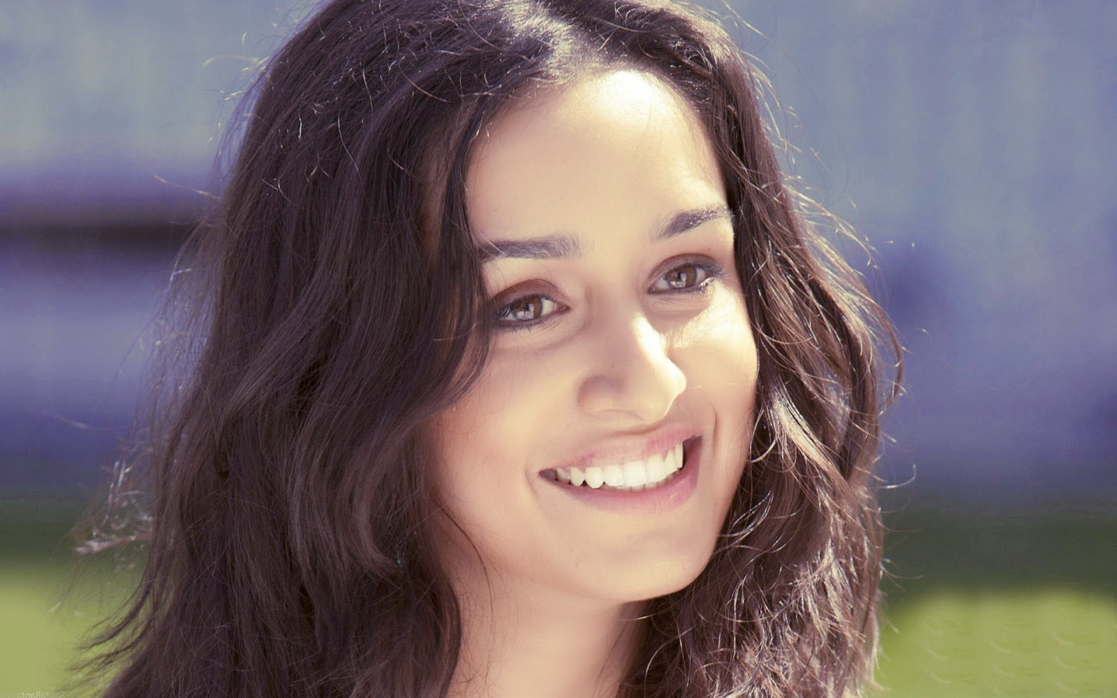 Cute Smile Shraddha Kapoor HD Photo Wallpaper