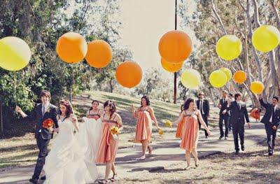 Grandes globos de diferentes colores para la salida de tu boda - Foto: www.embellishedweddings.com