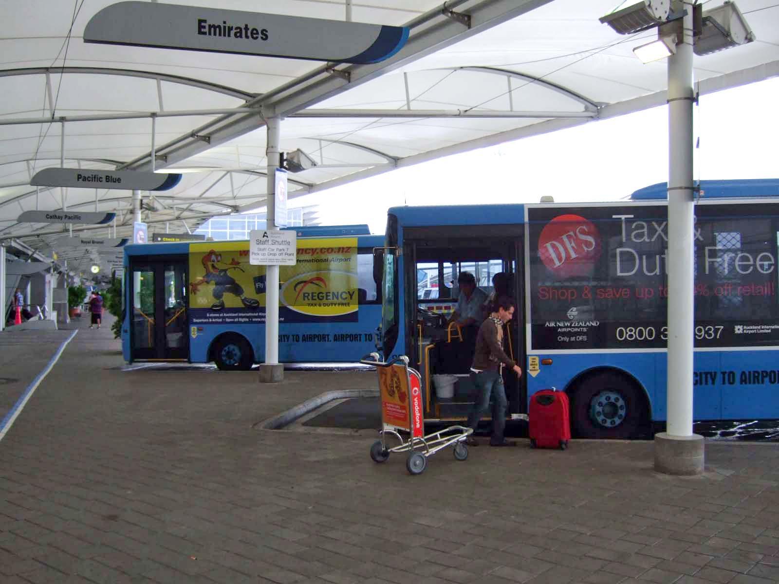 バス乗り場,オークランド国際空港〈著作権フリー無料画像〉Free Stock Photos