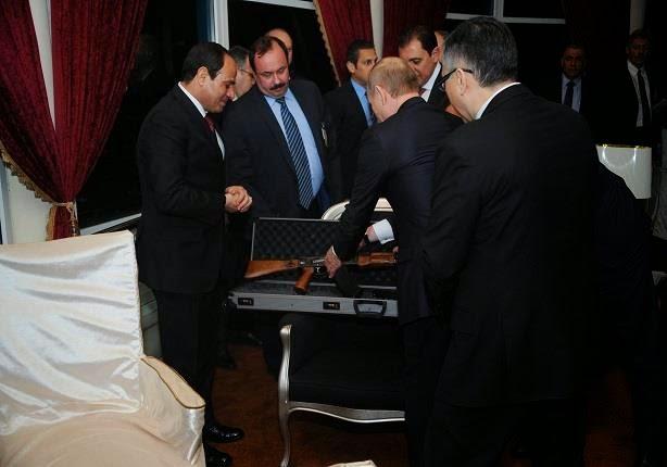 """لماذا أهدى بوتين بندقية """"كلاشنكوف"""" للسيسي بعد عشاء رومانسي في برج القاهرة ؟"""