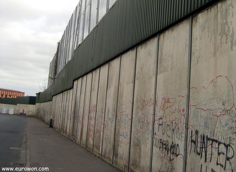 Muro entre los barrios protestante y católico de Belfast