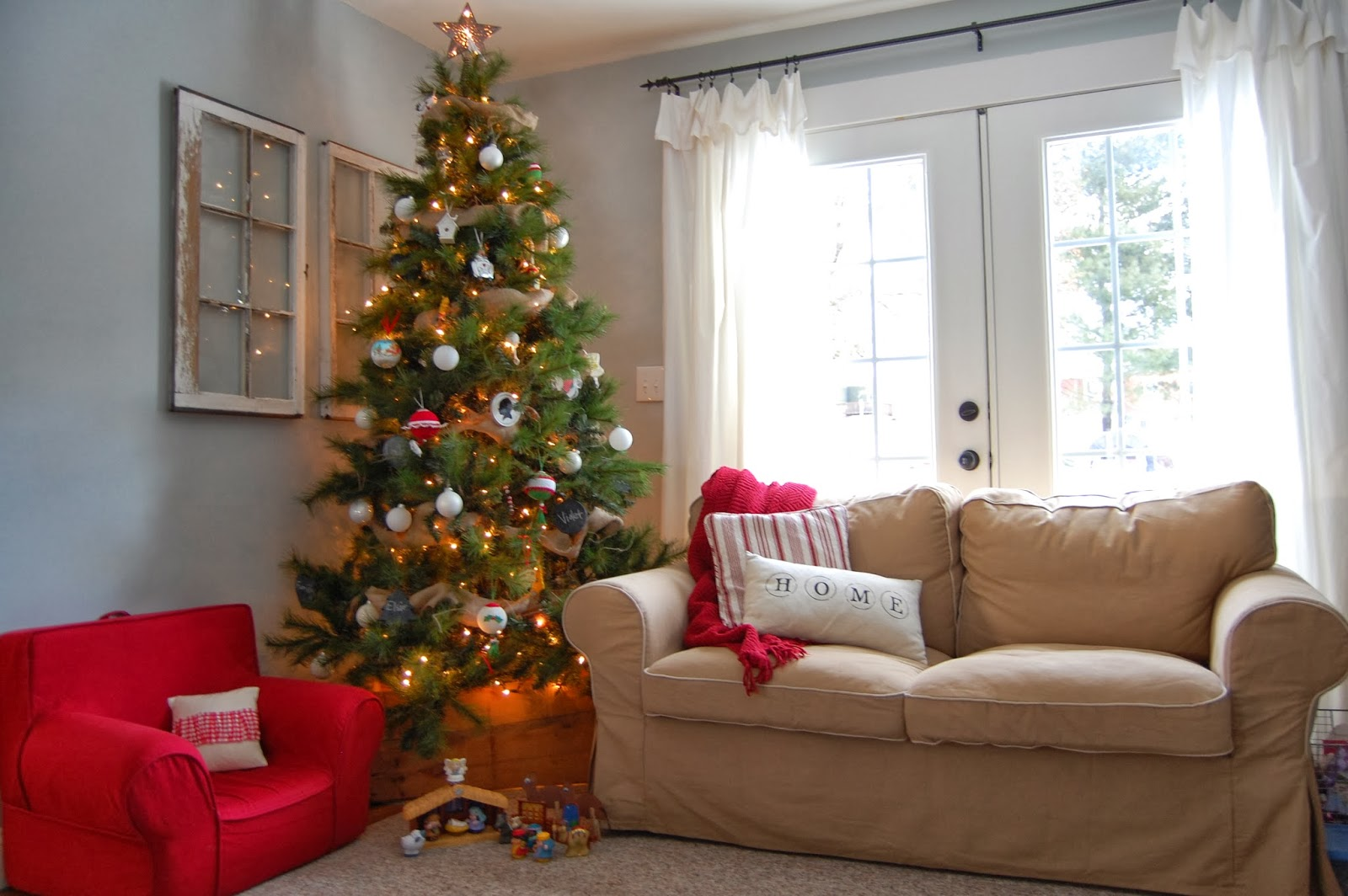 Holiday Decorating Less Is More Less Is More Holiday Decor Styleblueprint Christmas Less Is More Home