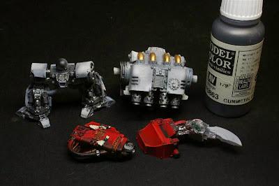 Gunmetal Grey de Vallejo Model Color el cañón, el brazo izquierdo y las patas del Dreadnought