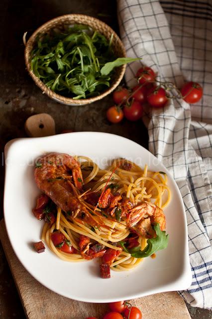 spaghetti con gamberi, bresaola e rucola, al pomodoro e pennette rigate con sugo al pomodoro , feta , origano e mentuccia fresca per l'mtcn°48