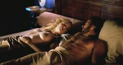 Veronica Ferres liegt nackt auf dem Bett