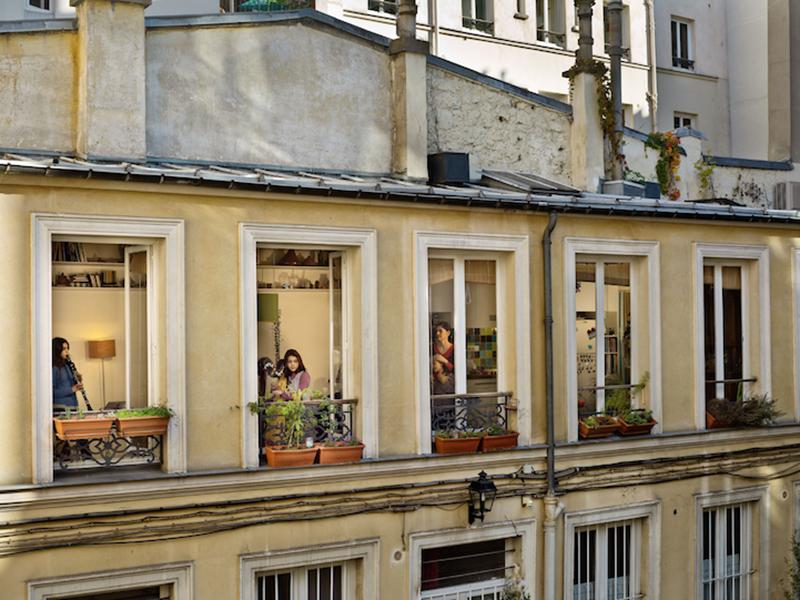 American photographVoyeuristic Photos Capture Intimate Scenes Through Apartment Windows in Paris by American photographer Gail Albert Halaban er Gail Albert Halaban